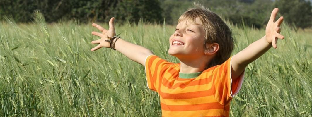 happy_smiling_child_hand-1440x900